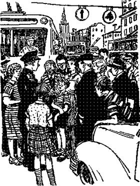 Толя Клюквин и множество людей собралось на улице и милиционер
